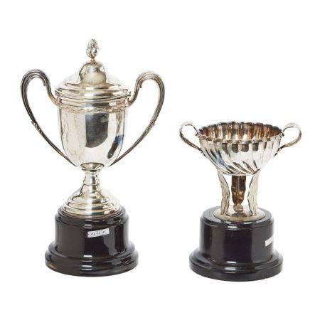 Lote de dos trofeos en plata española punzonada con decoración vegetal y gallonada [...]