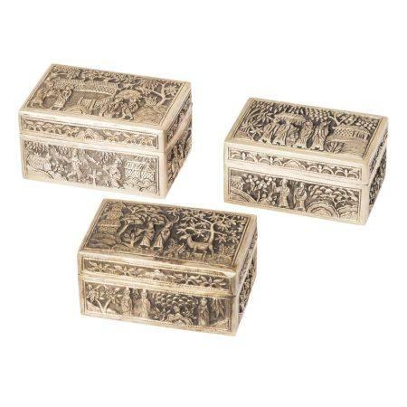 Lote de tres cajas en plata china con decoración repujada de escenas costumbristas, [...]