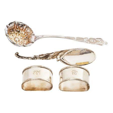 Lote de dos cucharas de servir y pareja de servilleteros en plata grabada y cincelada [...]