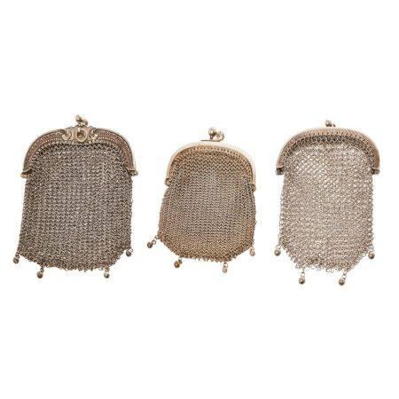 Lote de tres monederos de malla en plata, mediados del s.XX.  Long. máx.:10,5 cm. [...]