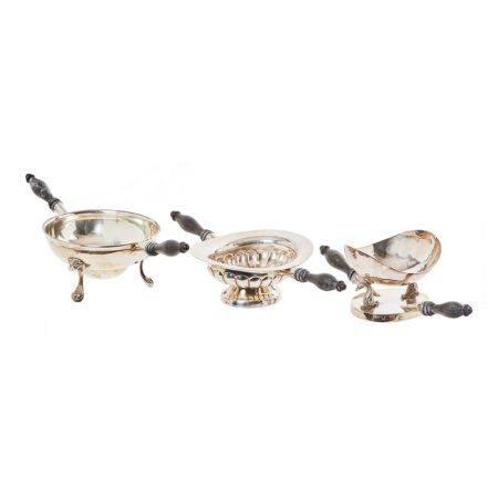 Lote de tres chofetas en plata, punzones no identificados, con decoración gallonada, [...]