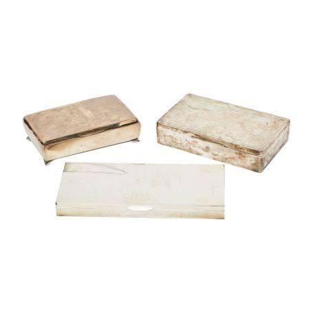Lote de tres cajas tabaquera en plata española punzonada con decoración estriada y [...]
