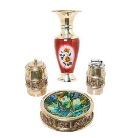 Lote de jarrón y juego de cenicero, encendedor y recipiente en plata española [...]