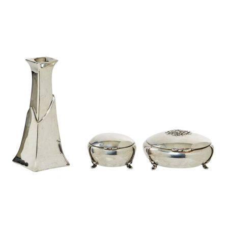 Lote de candelero y dos cajas joyero en plata punzonada con decoración floral y de [...]