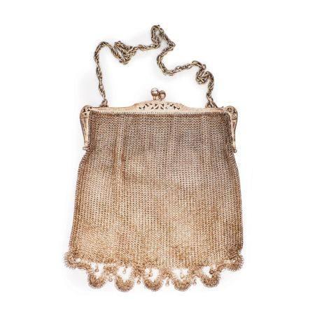 Bolso de malla con cadena en plata punzonada 800 milésimas, c.1930.  17,5 x 14,5 cm. [...]