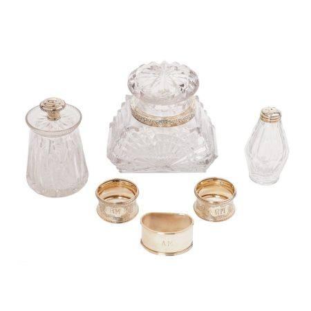 Lote de salero, dos tarros y tres servilleteros en plata y cristal tallado con [...]