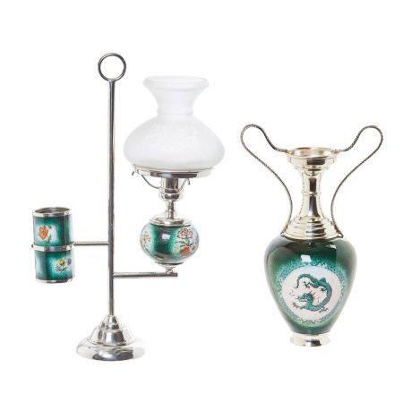 Lote de lámpara de sobremesa y ánfora en plata y esmalte con decoración floral y [...]