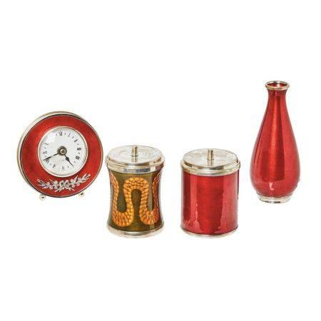 Lote de jarrón, reloj de sobremesa y dos recipientes con tapa en plata española [...]