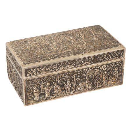 Caja en plata china con decoración repujada de personajes, segunda mitad del s.XX. [...]