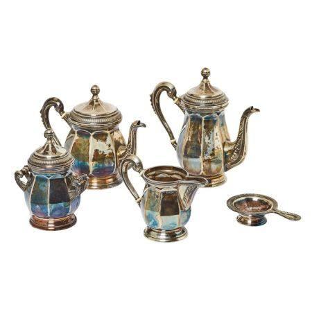 Juego de café y té en plata española punzonada con decoración facetada, estriada [...]