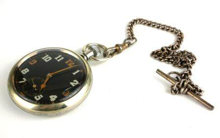 AN EARLY 20TH CENTURY MILITARY ISSUE STAINLESS STEEL GENT'S POCKET WATCH Having black dial with