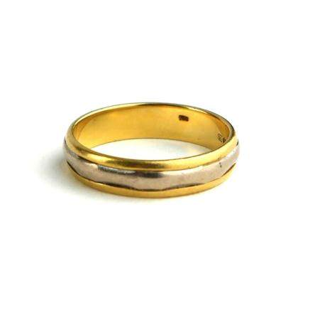 A VINTAGE 18CT BICOLOUR GOLD WEDDING BAND The single central band of white gold on yellow gold shank