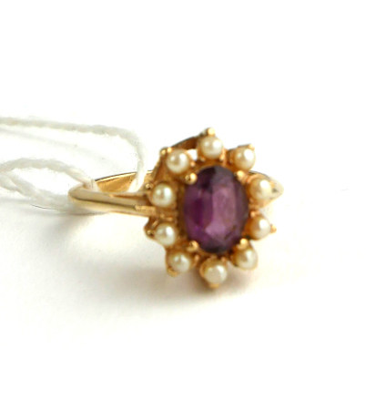 AN 18CT GOLD RING SET WITH AN AMETHYST SURROUNDED BY PEARLS (SIZE N).