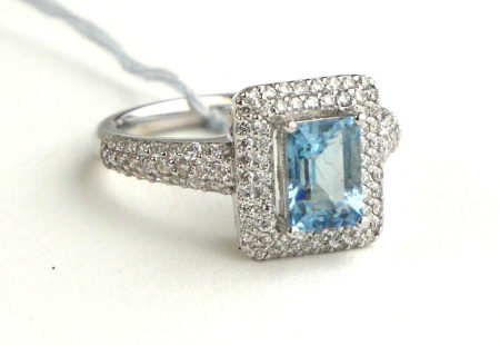 AN EDWARDIAN DESIGN 18CT WHITE GOLD, .850CT AQUAMARINE SURROUNDED BY .620CT OF DIAMONDS On