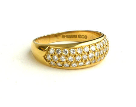 AN 18CT GOLD RING, SET WITH THREE ROWS OF DIAMONDS (SIZE Q/R).