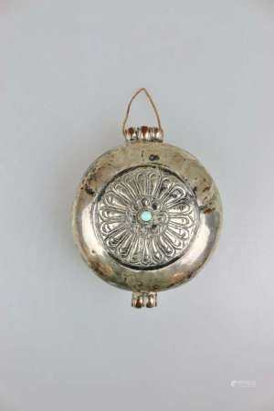 Amulettbehälter 'Gau', Tibet 19./20. Jh., runde Form, Deckel verziert, mittig ein aufgesetzter