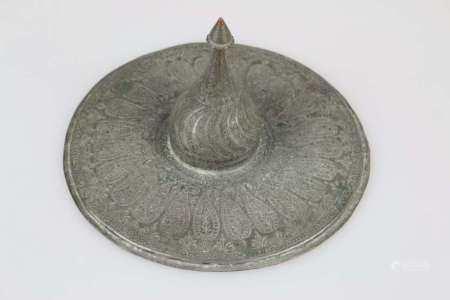 Warmhaltedeckel, Türkei, 18./19. Jh., Kupfer verzinnt, reich verziert mit umlaufenden Palmetten
