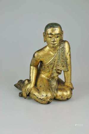 Ananda, Holzfigur mit Lackvergoldung und kleinen Glassteine, wohl Tibet 19./20. Jh., sitzende