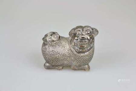 Kambodscha, Betheldose in Form eines FO-Hundes, Silber (säuregeprüft), frühes 20. Jh.,