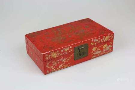 China, Lacktruhe, 19./20. Jh., Holzkern mit dünner Lederbespannung, außen anschließend lackiert,