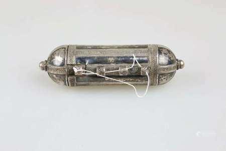 Amulettbehälter, wohl Jemen 19./20. Jh., Silber, zylindrischer Korpus, verziert, L.: ca. 17 cm,