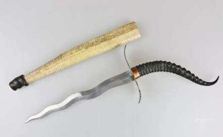 Stichwaffe unbekannter Herkunft mit geflammter Klinge, massivem Parrierelement, Griff aus