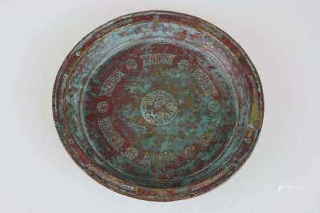 Persien um 1400, tiefgemuldeter Teller aus Messing, im Spiegel reichhaltig verziert, mit Darstellung