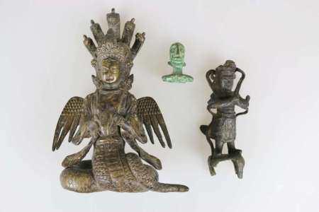 Drei Bronzeobjekte: Altarfigur China/Tibet, 18./19. Jh., Bronze, Sockel beschädigt, H.: ca .15 cm;