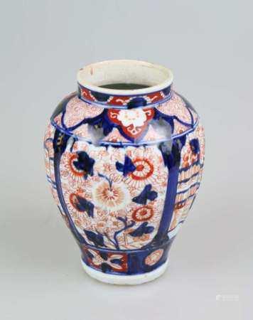 Imari-Vase, Porzellan, wohl Japan um 1900, leicht gerippte Wandung mit runder Schulter und
