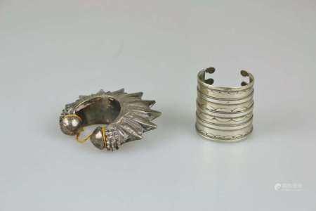 Paar Armspangen: breite Manschette, Indien, wohl Messing versilbert, zierbelötet, I-D.: ca. 6 cm;