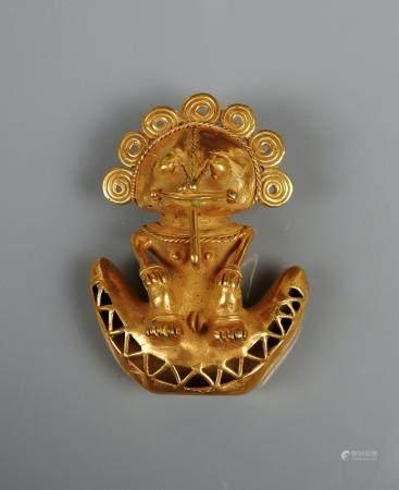 Scène complexe avec un shaman sur une lunule en or bas titre dit Tumbaga 8,7 cm 69,60 gr Colomb