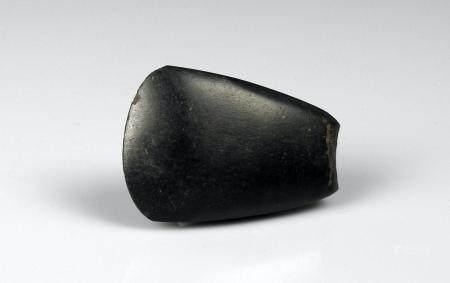 Hache polie très régulière de belle facture Ancienne collection Jeandelize Pierre noire 6 cm Pr
