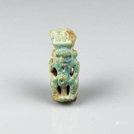 Amulette janiforme représentant le dieu Bes portant la coiffe en plumes Fritte bleue 4,4 cm man