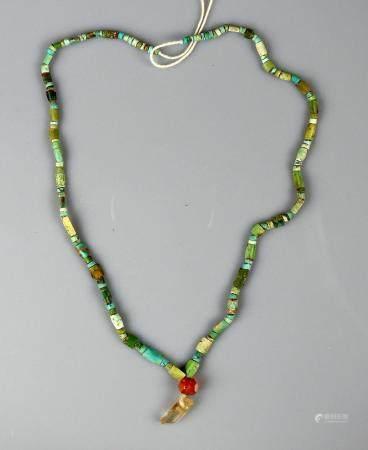 Collier momiforme remonté formé de perles tubulaires se terminant par une perle en cornaline 42