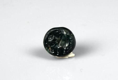 Sceau à décor de cheval ailé en creux Jaspe vert 1,6 cm Période antique