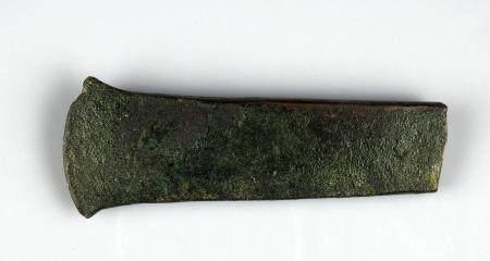 Hache plate, un des plus anciens objets en métal en ope de l'ouest Bronze 9 cm Age du bronze