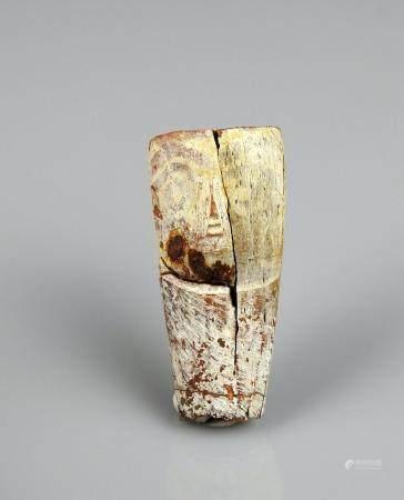 Visage sculpté dans un fragment d'os peint 4,5 cm Egypte antique