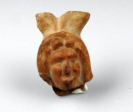 Tête de statuette dans un environnement végétal Terre cuite 5,6 cm Période romaine