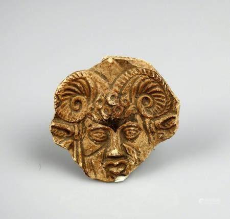 Médaillon représentant un personnage cornu Terre cuite 4,4 cm Période antique