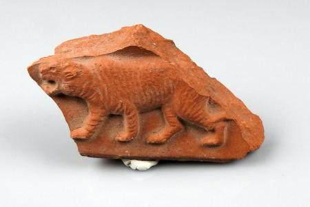 Elément de tuile représentant un tigre marchant à gauche Terre cuite 8 cm Période romaine