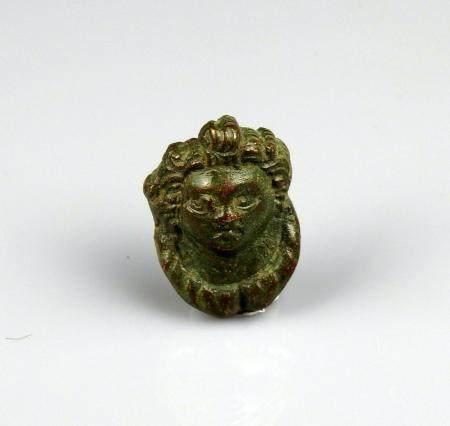 Médaillon d'applique représentant un visage féminin de belle qualité Bronze 3 cm Période romain