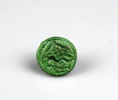 Bouton rivet de fourreau de scramasaxe à décor d'animal en creux, formant sceau Bronze 1,9 cm P