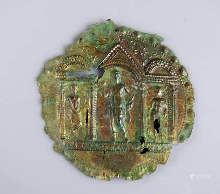Plaquette en métal repoussé orné d'uns scène mythologique représentant une triade Artémis (Dian