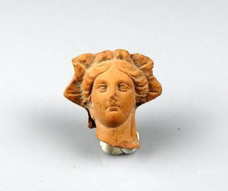 Tête de statuette représentant un visage de femme très finement exécuté Terre cuite 3,7 cm Péri