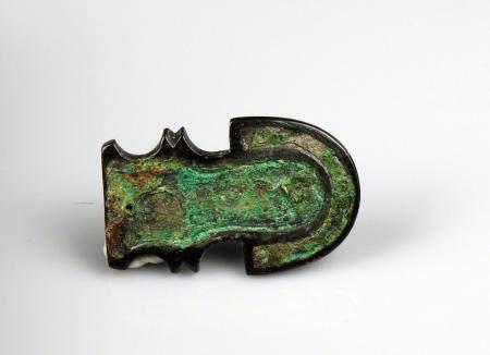 Plaque à patine très profonde à incrustation d'émaux Bronze 4,2 cm Fin de la période romaine ou
