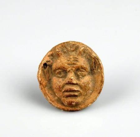 Médaillon représentant un personnage cornu Terre cuite 2,7 cm Bassin méditerranéen antique
