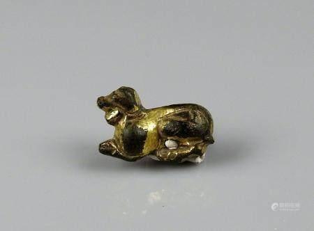 Applique dorée représentant un animal fantastique Bronze doré 2,5 cm Probablement Art des stepp