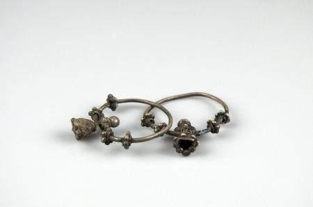 Paire de boucles d'oreilles à décor de flettes Argent 3,3 cm restaurations Période antique p