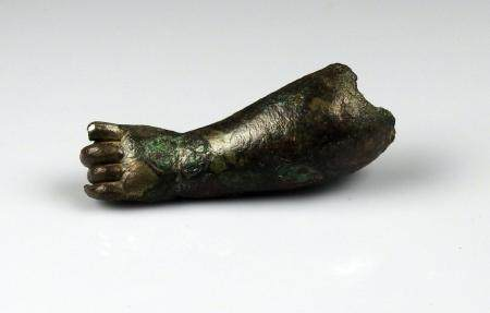 Bras de statue (putti) de taille importante, anciennement argenté Bronze 8 cm Période romaine