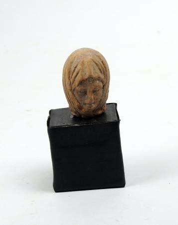 Jolie tête de statuette représentant une femme voilée, dune facture très fine Terre cuite 3,3 c